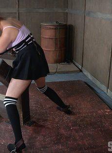 Жесткий трах молоденькой девахи в глубокую глотку - фото #5