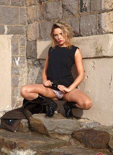 Шлюха в телесных чулках демонстрирует волосатую пизду на улице - фото #3