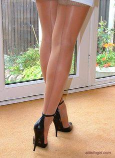 Длинноногая латинская развратница на высоких каблуках - фото #13