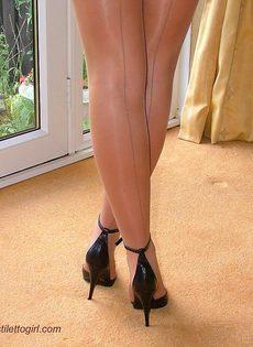 Длинноногая латинская развратница на высоких каблуках - фото #16
