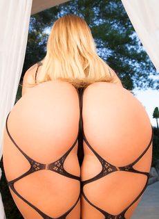 Сногсшибательная белокурая девушка Kissa Sins в эротическом сетчатом наряде - фото #9