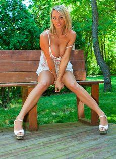 Сногсшибательная блондинка с большой грудью умело позирует - фото #4