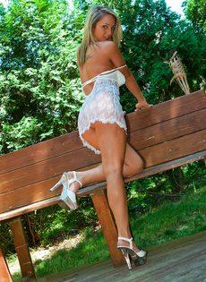 Сногсшибательная блондинка с большой грудью умело позирует - фото #5