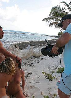 Бурный половой акт с двумя сучками на берегу океана - фото #15
