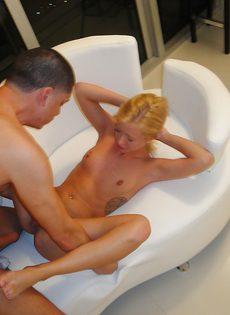 Блондинка садится киской на большой член в домашней обстановке - фото #13
