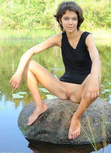 Худышка расставляет ноги и показывает узкую киску на природе - фото #12