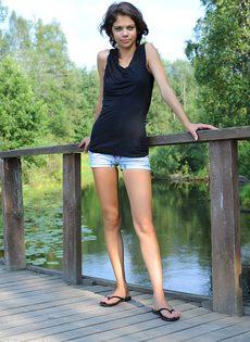 Худышка расставляет ноги и показывает узкую киску на природе - фото #15