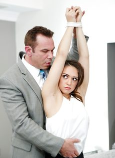 Начальник наказывает латиноамериканскую помощницу - фото #3