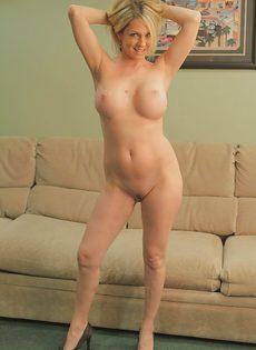 Милфа пришла домой с работы и устроила эротическое соло - фото #14