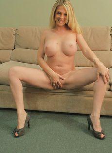 Милфа пришла домой с работы и устроила эротическое соло - фото #15