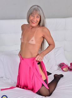 Старая развратница в черных чулках занимается мастурбацией - фото #6