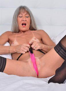 Старая развратница в черных чулках занимается мастурбацией - фото #7