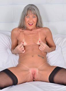 Старая развратница в черных чулках занимается мастурбацией - фото #11