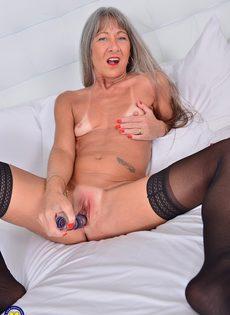 Старая развратница в черных чулках занимается мастурбацией - фото #12