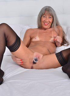 Старая развратница в черных чулках занимается мастурбацией - фото #13