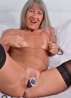 Старая развратница в черных чулках занимается мастурбацией - фото #14