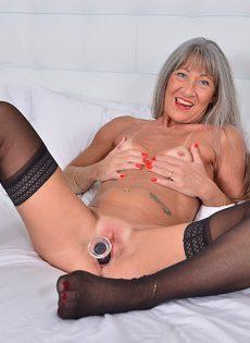 Старая развратница в черных чулках занимается мастурбацией - фото #15