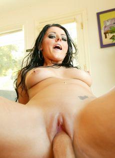 Парень залил спермой довольное лицо брюнетки Sophie Dee - фото #3