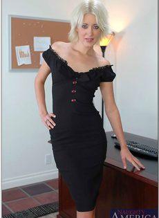 Светловолосая секретарша в черных трусиках расположилась на рабочем столе - фото #1
