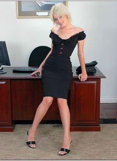 Светловолосая секретарша в черных трусиках расположилась на рабочем столе - фото #2