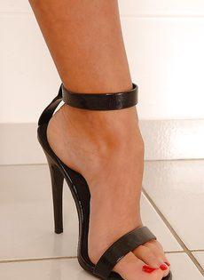 Худенькая развратница демонстрирует ножки на высоких каблуках - фото #2