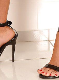 Худенькая развратница демонстрирует ножки на высоких каблуках - фото #5