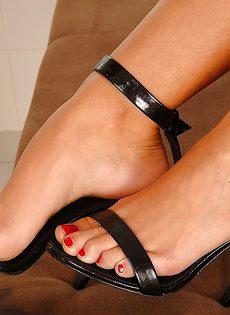 Худенькая развратница демонстрирует ножки на высоких каблуках - фото #11