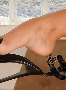 Худенькая развратница демонстрирует ножки на высоких каблуках - фото #16