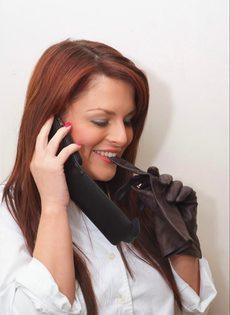 Офисная сотрудница в черных чулках разговаривает по телефону и возбуждается - фото #1