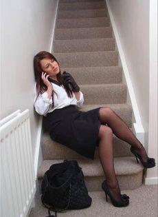 Офисная сотрудница в черных чулках разговаривает по телефону и возбуждается - фото #2