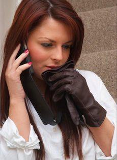 Офисная сотрудница в черных чулках разговаривает по телефону и возбуждается - фото #4