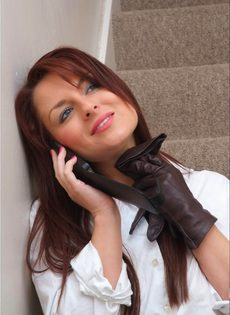 Офисная сотрудница в черных чулках разговаривает по телефону и возбуждается - фото #5