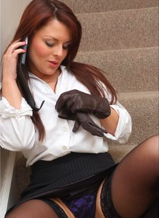 Офисная сотрудница в черных чулках разговаривает по телефону и возбуждается - фото #8