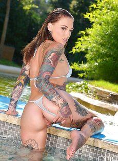 Татуированная красотка засовывает пальчики в горячую пилотку - фото #8