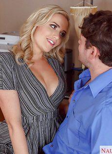 Дал на рот сексуальной секретарше с упругими сиськами - фото #2