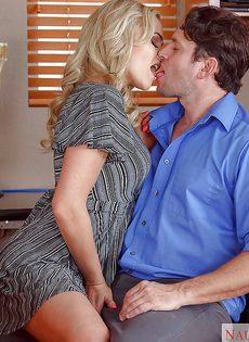 Дал на рот сексуальной секретарше с упругими сиськами - фото #3