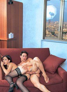 Шлюшку в черных чулках привели в гостиничный номер и поимели - фото #9