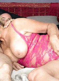 Зрелая блондинка сосет половой член и лижет жопу мужика - фото #5