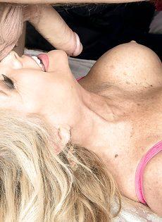 Зрелая блондинка сосет половой член и лижет жопу мужика - фото #10