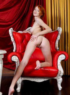Рыжая развратница задрала вверх ножки и показала дырочки - фото #15