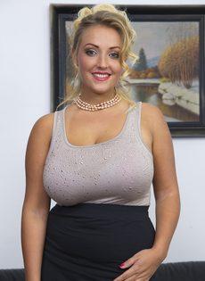 Блондинка хочет соблазнить начальника огромными натуральными сиськами - фото #2