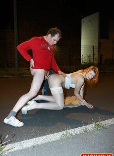 Мужчина занимается анальным сексом со шлюшкой в белых чулках на улице - фото #11