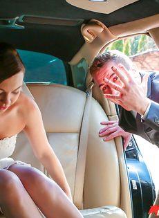 Откровенная невеста в белых чулках трахается с мужиками на свадьбе - фото #1