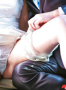 Откровенная невеста в белых чулках трахается с мужиками на свадьбе - фото #2