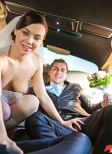 Откровенная невеста в белых чулках трахается с мужиками на свадьбе - фото #5