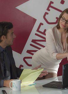 Сексуально развлеклись в офисе после тяжелого рабочего дня - фото #1