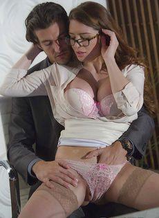 Сексуально развлеклись в офисе после тяжелого рабочего дня - фото #3