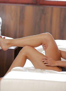Смазливая брюнетка нежно ласкает пенис красивыми ножками - фото #2