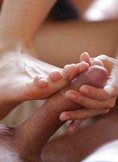 Смазливая брюнетка нежно ласкает пенис красивыми ножками - фото #9
