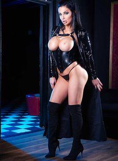 Восхитительная брюнетка Aletta Ocean демонстрирует силиконовую грудь - фото #12